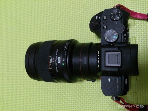 カメラにLA-EA3とSTFレンズを装着した画像