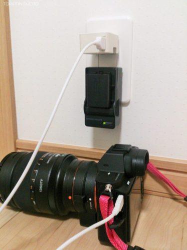 α7Ⅱの本体を充電しつつ、バッテリーでもチャージしている画像